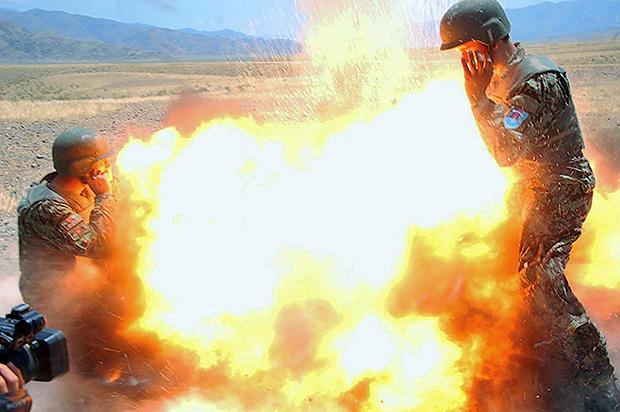 Esta foto, também da explosão fatal, foi tirada por um afegão que estava sendo treinado por Clayton