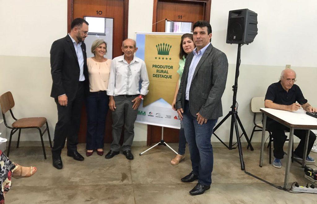Fórum regional em Ituiutaba. Entrega de título para produtores.