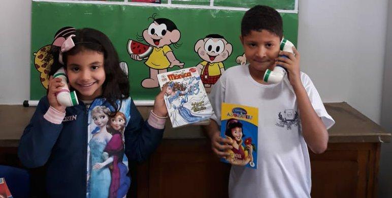 Alunos Amanda e Tauan com o sussurrofone na Escola Aurelisa Alcântara