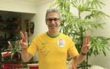 Assim como no primeiro turno, Zema votou em Araxá (MG) com uma camiseta do Brasil autografada pelo ex-técnico da Seleção Brasileira de Vôlei Bernardinho (foto: Marcos Canedo/Divulgação)