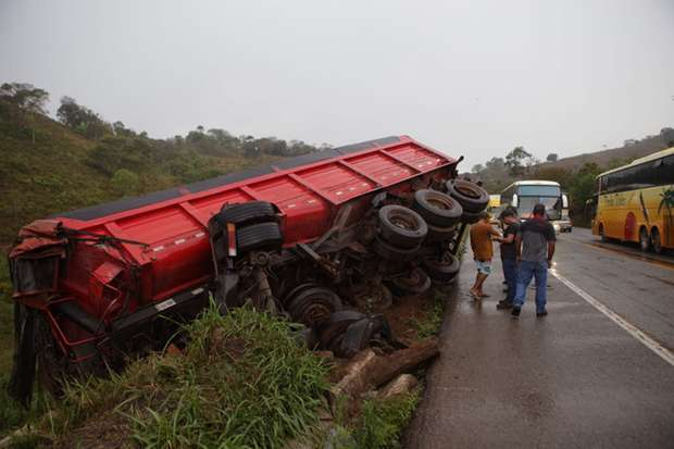 Outras dez pessoas ficaram feridas após a colisão entre uma van e uma carreta