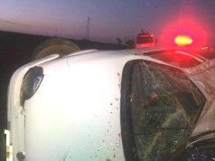 Veículo capotou às margens da rodovia em Uberaba — Foto: Corpo de Bombeiros/Divulgação
