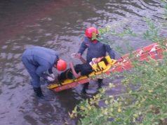 Bombeiros Militares resgataram jovem em córrego (Foto: Bombeiros/Divulgação)