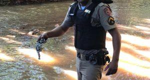 Militar recupera arma de fogo em leito de rio em Ituiutaba (Foto: PMMG/Divulgação)