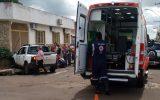 Pick-up atingiu residência após acidente com outro veículo (Reprodução/WhatsApp)
