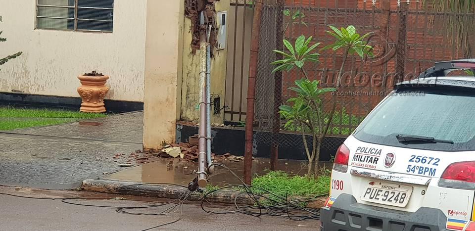 Caminhão atingiu a fiação e derrubou o padrão de energia elétrica (Foto: Paulo Braga/Tudo Em Dia)
