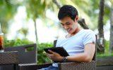 Jovem atualiza blog pelo iPad (Crédito: Foto/Pixaby)