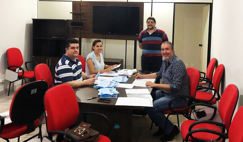 (Esq) Danilo Gama, Emília Ambrósio e Edward Sales Moreira durante a escrutinação. De pé, Alexandre Santos Gomes acompanha o resultado