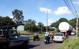Carreta que tentou passar por baixo de viaduto durante trajeto para estacionamento em Uberlândia — Foto: Marilda Santos/Arquivo pessoal