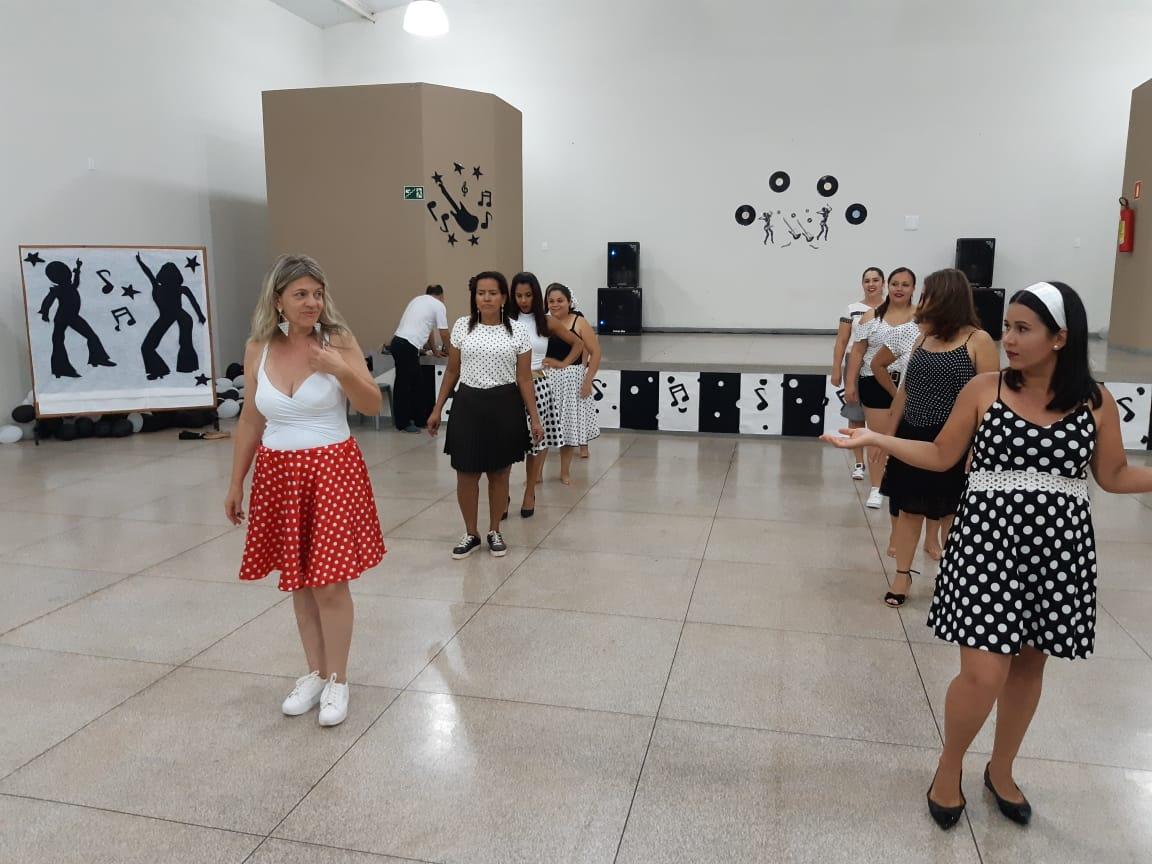 Academia da Saúde realizou festa temática, relembrando os anos 1960