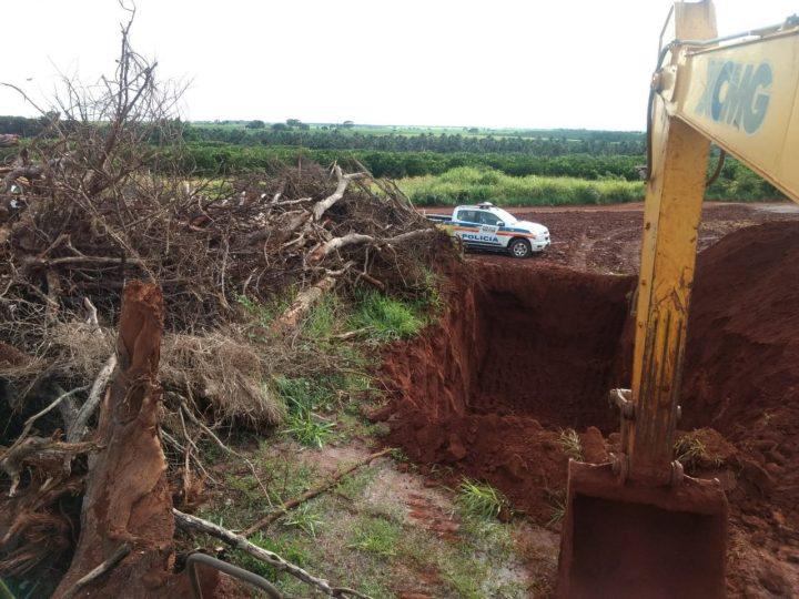 Vala já estava pronta para que as árvores fossem enterradas (Foto: PMA/Divulgação)