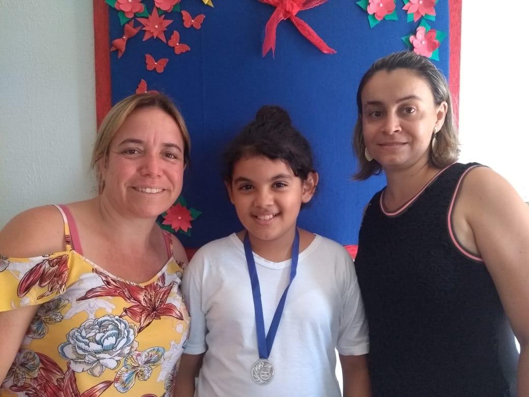 (esq) Professora Luciana, Ana Carla Oliveira de Souza e a vice-diretora da escola, Adriana Capanema (Foto: EMGJ/Divulgação)