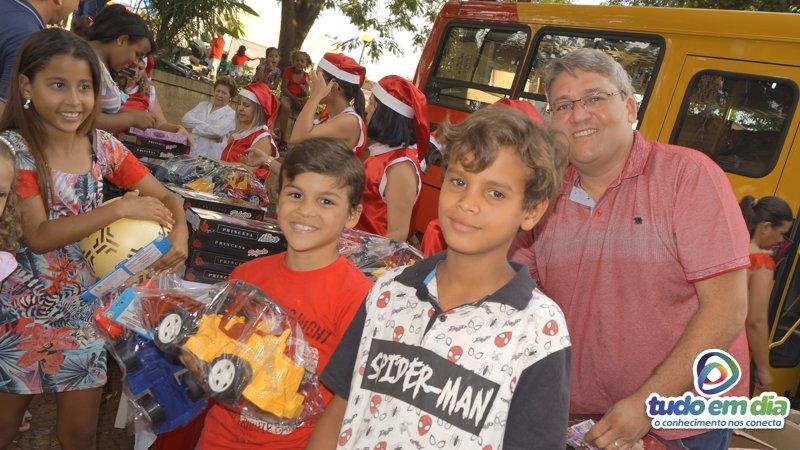 Entrega de brinquedos em Capinópolis, Minas Gerais (Foto: Paulo Braga/ Tudo Em Dia)