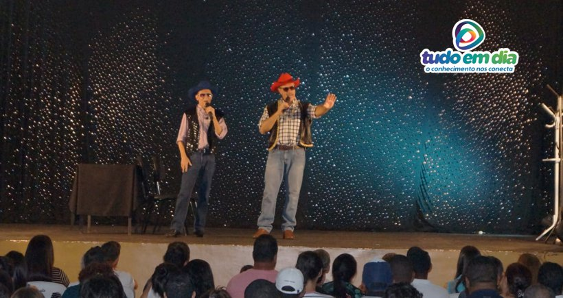Nilton Pinto e Tom Carvalho cantam durante o show (Foto: Paulo Braga/Tudo Em Dia)