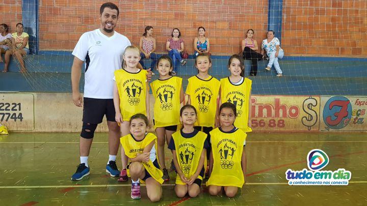 O treinador João Neto ao lado das atletas da Escola Higino Guerra (Foto: Paulo Braga/ Tudo Em Dia)