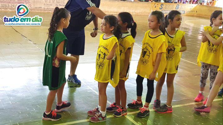 Isadora cumprimenta a atleta da Escola Juscelino após a partida (Foto: Paulo Braga/Tudo Em Dia)