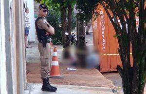 Policial Militar acompanha cena do crime no bairro Laranjeiras (Foto: Reprodução/WhatsApp)