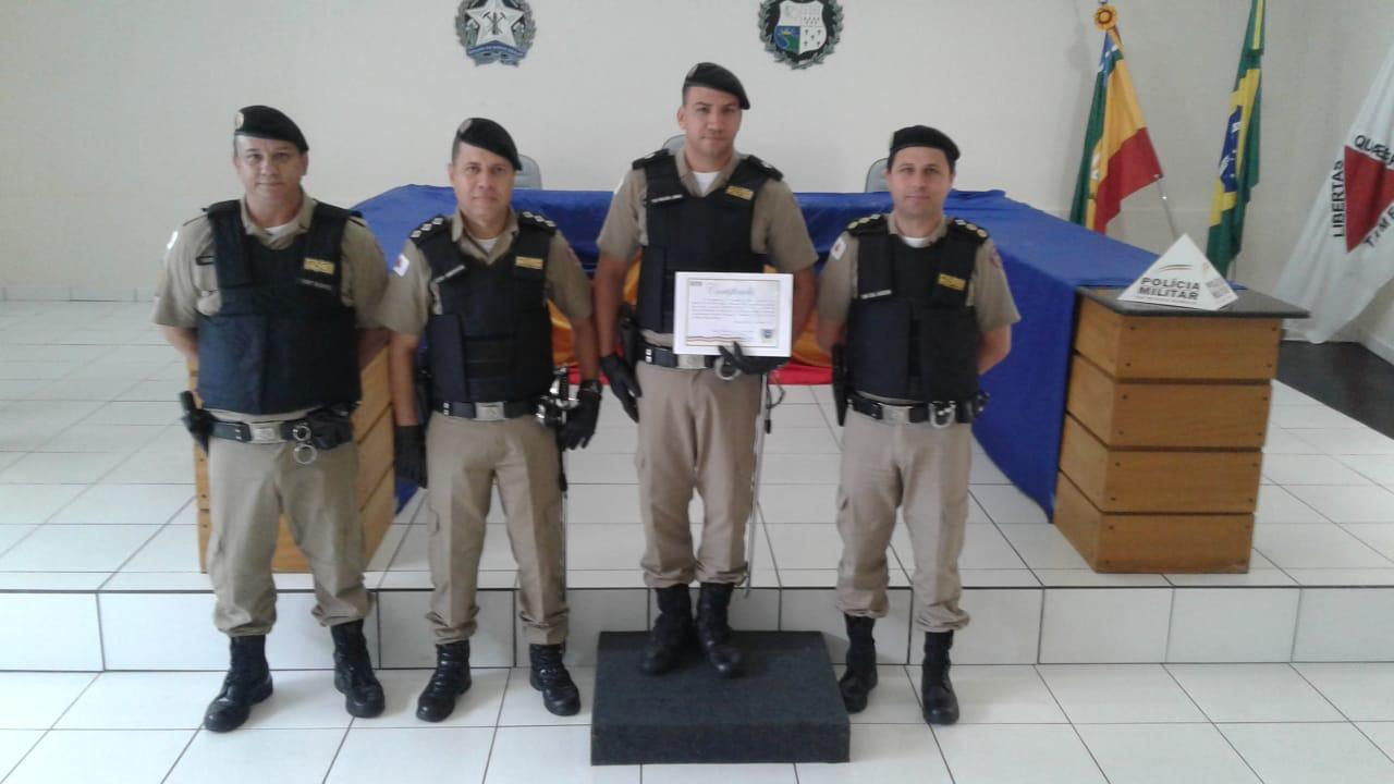 Tenente Wilson recebe certificado (Foto: PMMG/Divulgação)