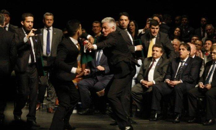 """Briga teve início após exibição de mensagem """"Lula Livre"""". O deputado André Janones filmou a cena"""