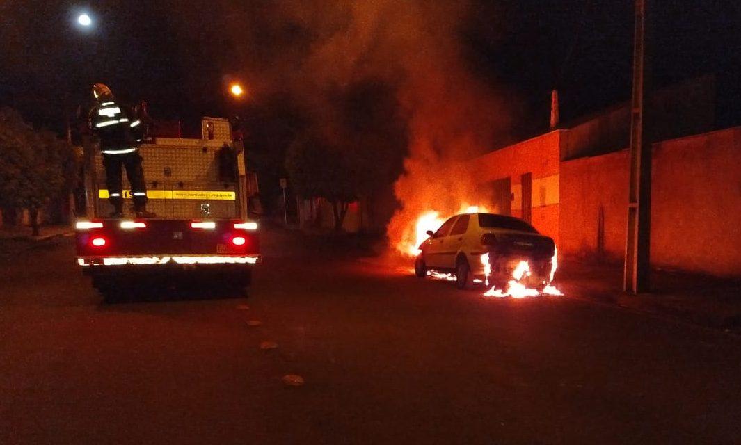 Veículo ficou parcialmente destruído