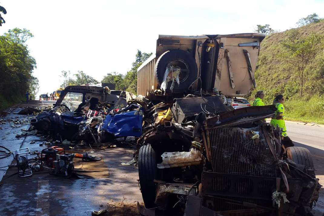 Caminhões bateram durante a madrugada no km 580, na BR-040, em Itabirito. Motorista que transportava cerveja contou que ocupantes de carro atiraram para o alto (foto: Paulo Filgueiras/EM/DA Press )