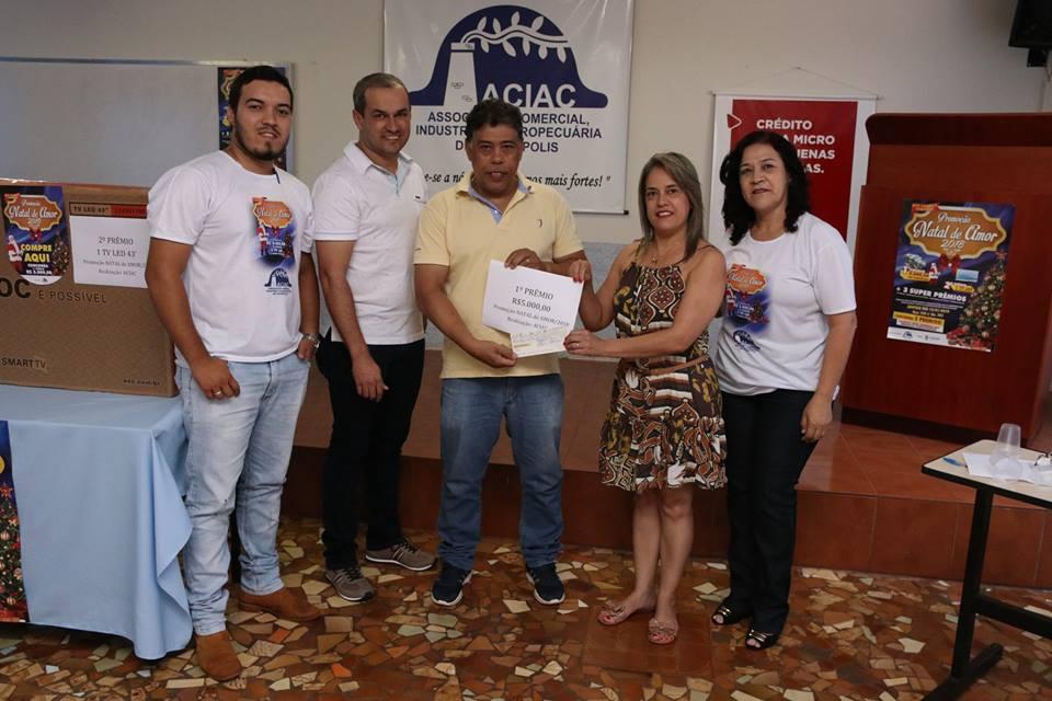 Maria Luzia recebe o prêmio de R$5.000,00 da promoção de natal
