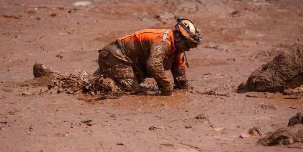 Bombeiro se arrasta em meio ao mar de lama em Brumadinho (Foto: Bombeiros)