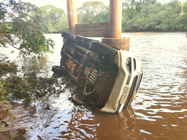 Veículo fico parcialmente submerso na água (Foto: Bombeiros)