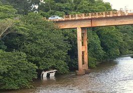 Caminhonete caiu no Rio Tejuco e ficou parcialmente coberta pelas águas (Foto: Bombeiros/Divulgação)