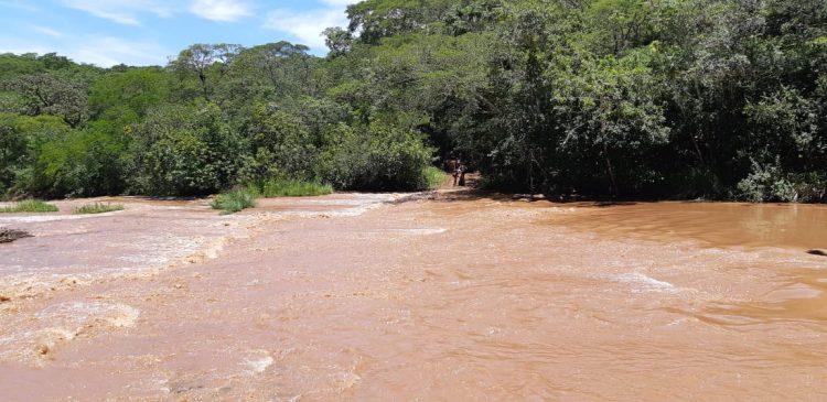 Ribeirão São Lourenço teve um aumento significativo no nível das águas após chuvas que caíram durante a madrugada (Foto: Bombeiros/Divulgação)