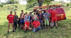 Bombeiros com os jovens após o resgate (Foto: Bombeiros/Divulgação)