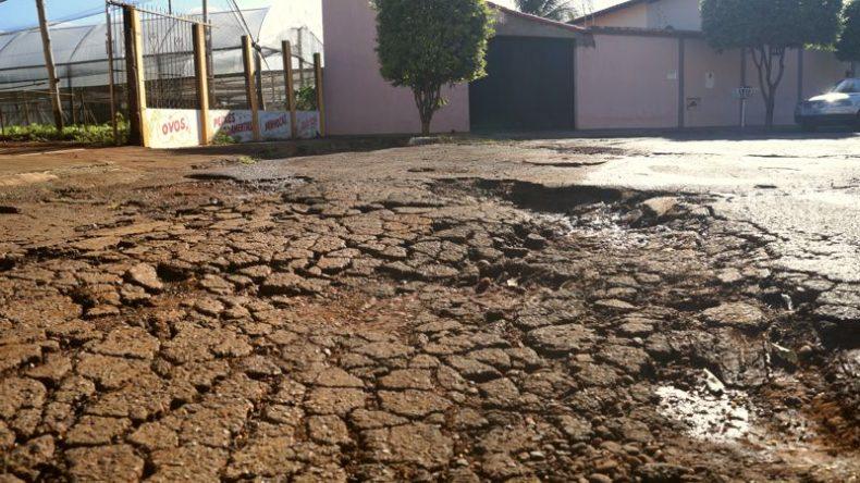 Buracos na rua tem trazido transtornos para os moradores (Foto: Paulo Braga/Tudo Em Dia)