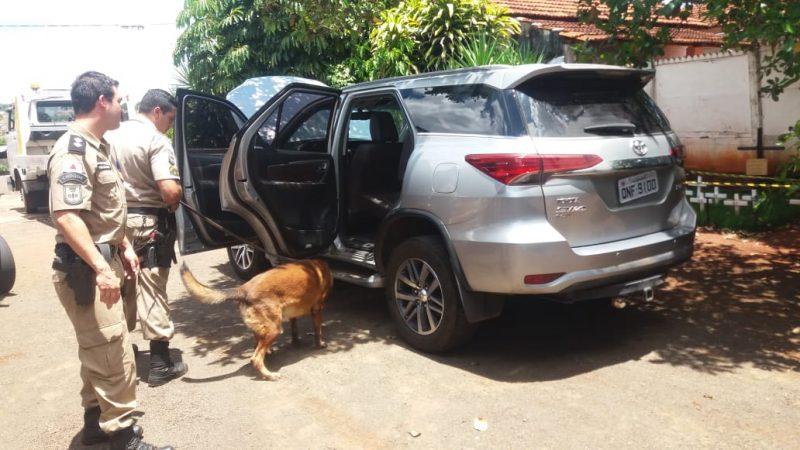Cães farejadores fizeram buscas internas nos veículos recuperados (Fotos: PMMG/Divulgação)