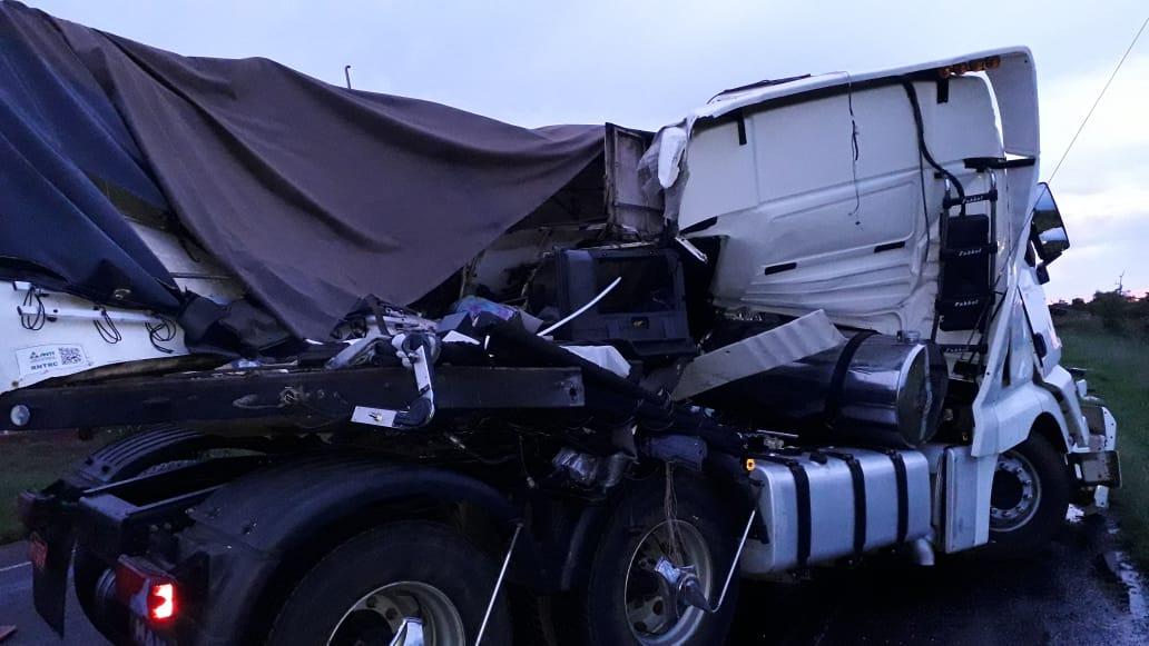 Carretas ficaram destruídas com a força do impacto (Foto: Reprodução/WhatsApp)