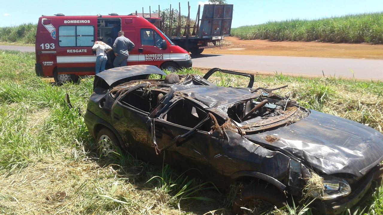 Veículo capotou na AMG-2595 em Uberaba — Foto: Corpo de Bombeiros/Divulgação