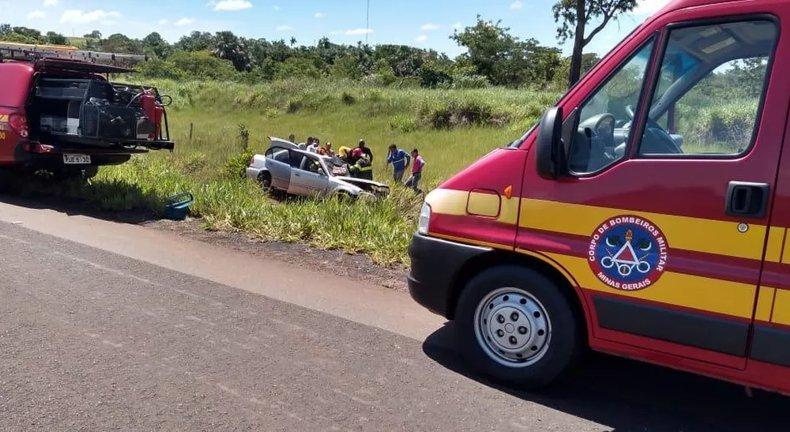 Carro saiu da pista depois de acidente na MGC-497 entre Campina Verde e Iturama — Foto: Corpo de Bombeiros/Divulgação