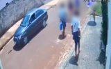 Uma câmera de segurança flagrou os suspeitos fugindo em um veículo sedan de cor escura (Foto: Reprodução)