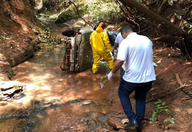 Idoso foi encontrado morto dentro do veículo (Foto: Bombeiros/Divulgação)
