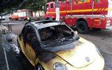 Veículo ficou destruído pelas chamas (Foto: Bombeiros/Divulgação)