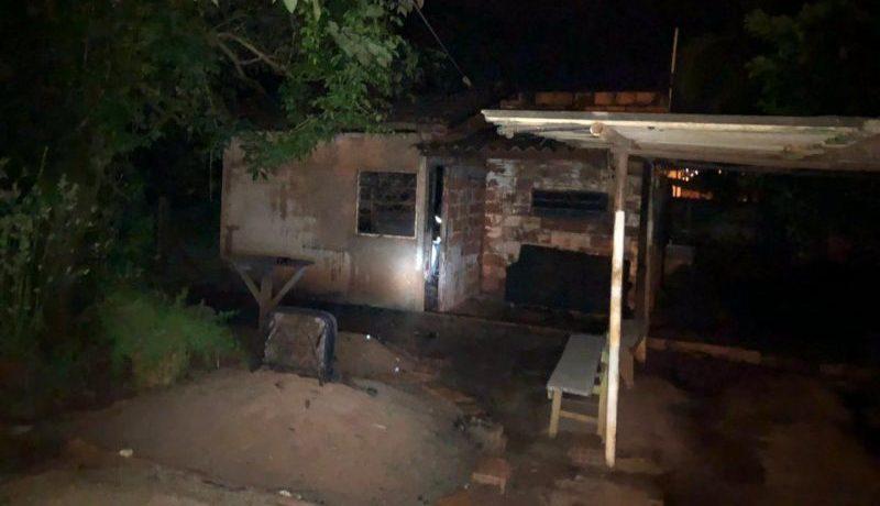 Casa ficou totalmente destruída pelas chamas (Foto: Bombeiros/Divulgação)