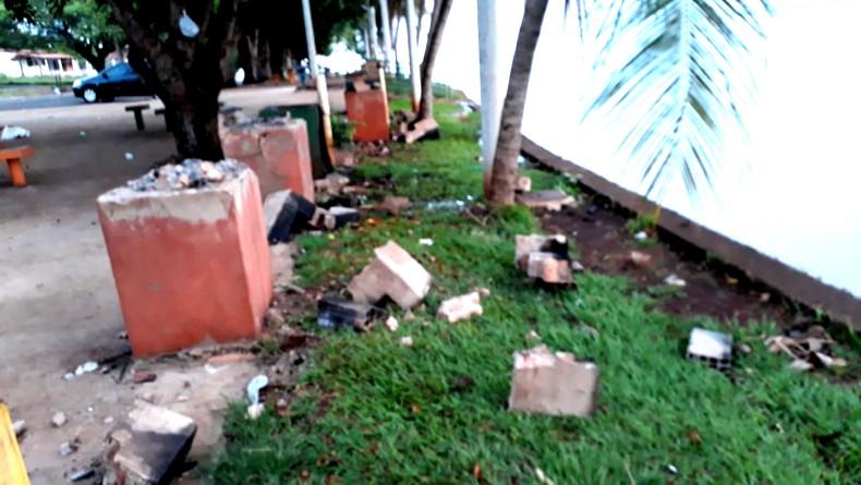 Os atos de vandalismo destruíram as churrasqueira de concreto da orla da praia (Foto: Reprodução)