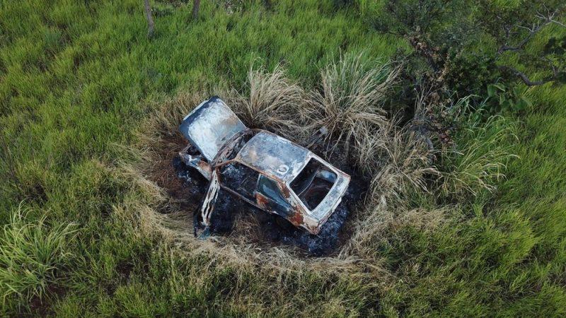 Carro carbonizado é encontrado em um matagal de Uberlândia — Foto: Via-Drones/Divulgação