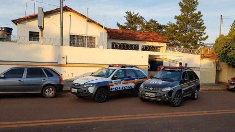 Viaturas da Polícia Civil e Militar em Cachoeira Dourada, durante o cumprimento de mandados