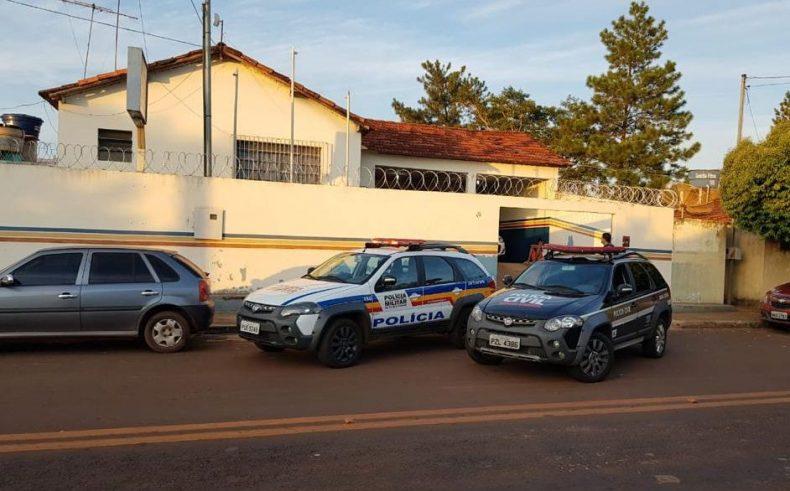 Viaturas da Polícia Civil e Militar no Quartel da PM em Cachoeira Dourada, durante o cumprimento de mandados</em>