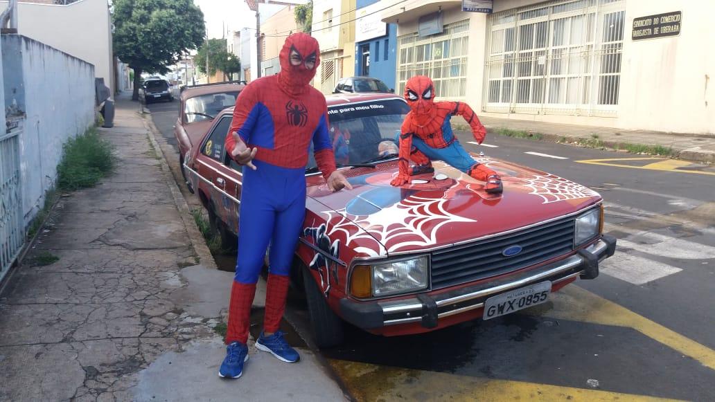 O papai-aranha e o pequeno homem-aranha receberam missão de visitar hospitais em Uberaba (Foto: Bombeiros/Bombeiros)