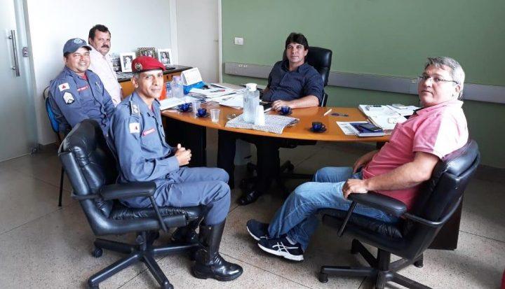 Bombeiros se reuniram com o prefeito Cleidimar Zanotto, o vice-prefeito Jaisson Souza e o secretário Vilson Bernardeli (Foto: Divulgação)
