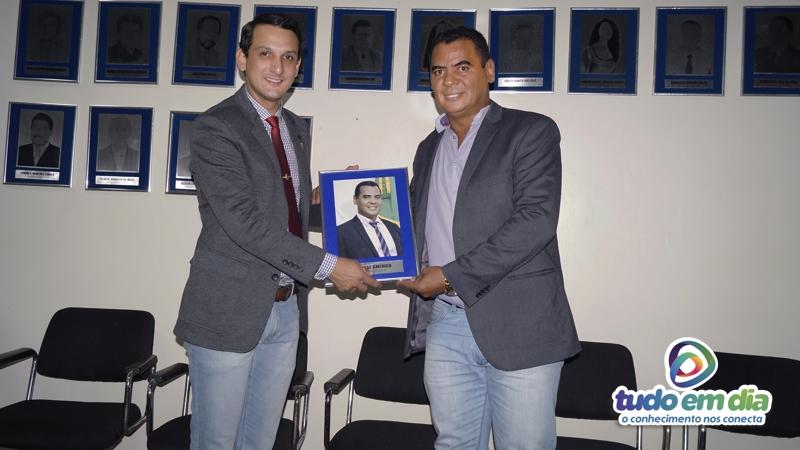 (esq) Luciano Batista Belchior e Ivo Américo durante fixação de quadro na galeria de ex-presidentes (Foto: Paulo Braga / Tudo Em Dia)