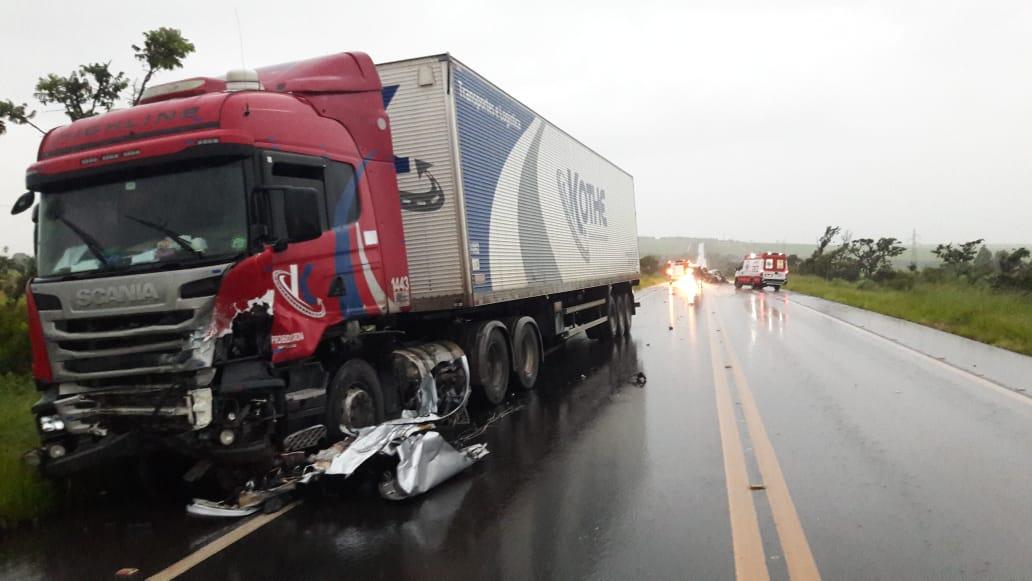 O motorista da carreta não teve ferimentos (Foto: Bombeiros/Divulgação)