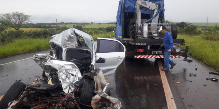 O veículo que a vítima conduzia ficou totalmente destruído (Foto: Bombeiros/Divulgação)