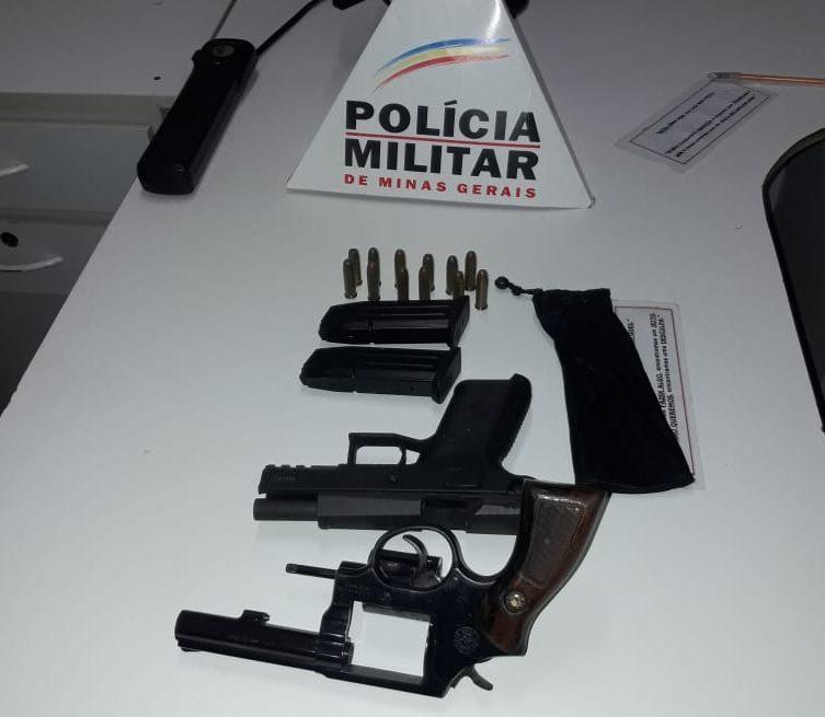 Armas e munições foram apreendidas em Canápolis (Foto: PMMG/Divulgação)